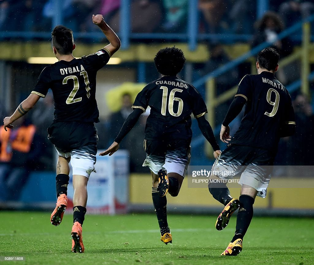 Juventus' forward from Colombia Juan Cuadrado (C) celebrates with teammates Juventus' forward from Argentina Paulo Dybala (L) and Juventus' forward from Spain Alvaro Morata after scoring during the Italian Serie A football match Frosinone vs Juventus on February 7, 2016 in Frosinone. / AFP / FILIPPO MONTEFORTE