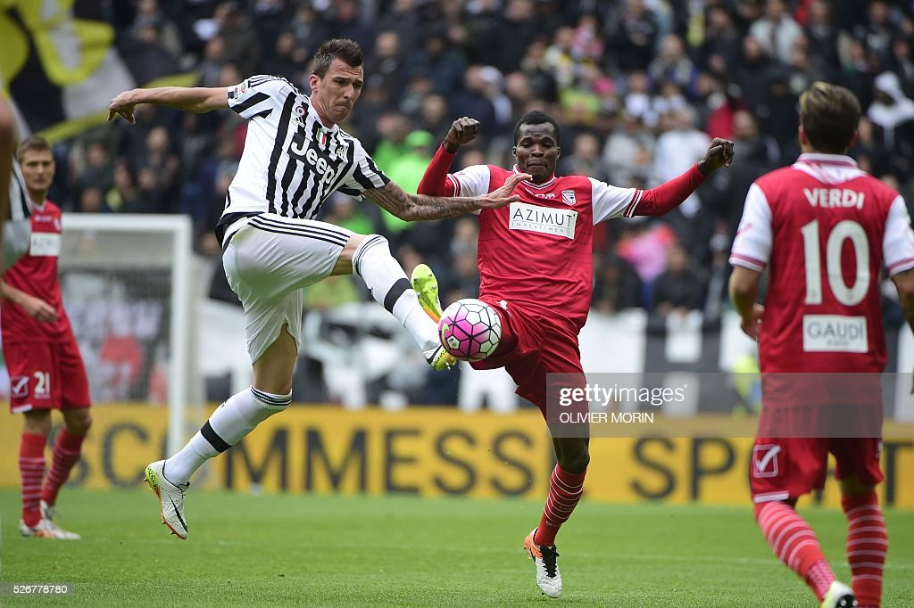 Juventus' forward from Croatia Mario Mandzukic (L) fights for the ball with Carpi's defender from Brazil Gabriel Silva during the Italian Serie A football match Juventus Vs Carpi on May 1, 2016 at the 'Juventus Stadium' in Turin. / AFP / OLIVIER