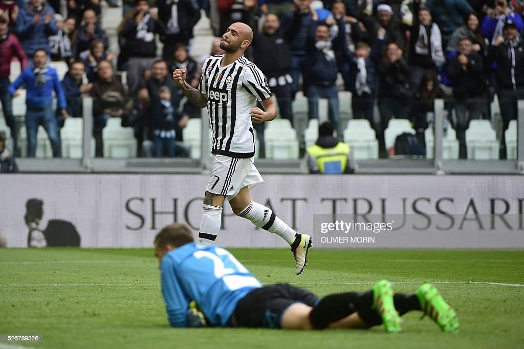 Juventus' forward from Italy Simone Zaza celebrates after scoring during the Italian Serie A football match Juventus Vs Carpi on May 1, 2016 at the 'Juventus Stadium' in Turin. / AFP / OLIVIER