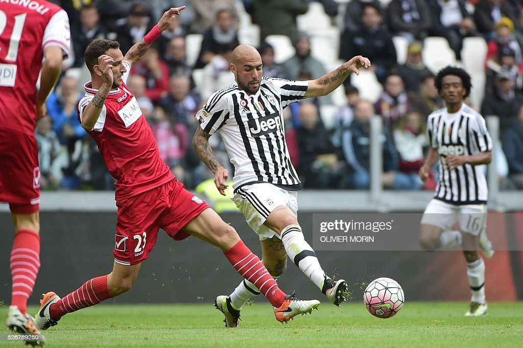Juventus' forward from Italy Simone Zaza (R) fights for the ball with Carpi's defender from Italy Simone Romagnoli during the Italian Serie A football match Juventus Vs Carpi on May 1, 2016 at the 'Juventus Stadium' in Turin. / AFP / OLIVIER