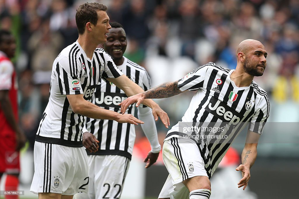 Juventus' forward Simone Zaza (R) celebrates with Juventus' defender from Switzerland Stephan Lichtsteiner after scoring during the Italian Serie A football match Juventus Vs Carpi on May 1, 2016 at the 'Juventus Stadium' in Turin. / AFP / MARCO