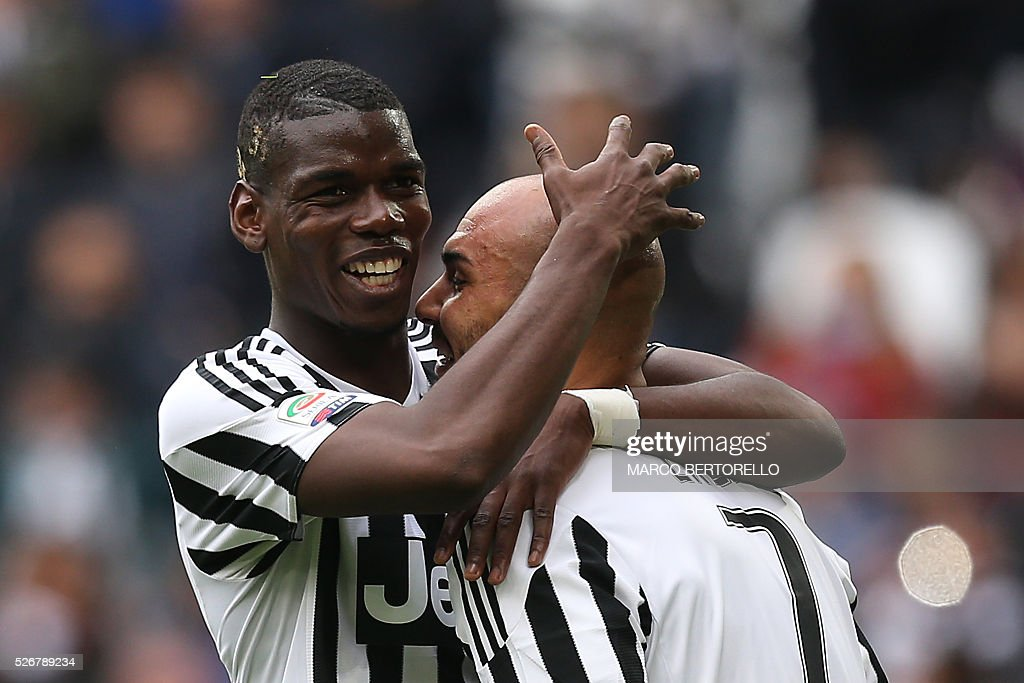 Juventus' forward Simone Zaza (R) celebrates with Juventus' midfielder Paul Pogba from France after scoring during the Italian Serie A football match Juventus Vs Carpi on May 1, 2016 at the 'Juventus Stadium' in Turin. / AFP / MARCO