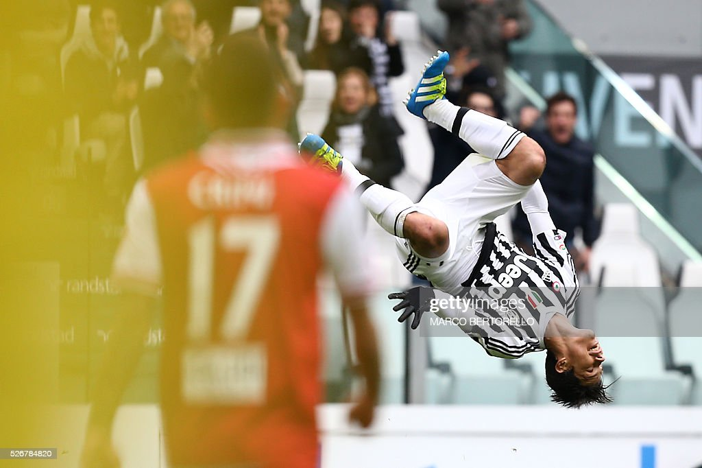 Juventus' midfielder Anderson Hernanes from Brazil celebrates after scoring during the Italian Serie A football match Juventus Vs Carpi on May 1, 2016 at the 'Juventus Stadium' in Turin. / AFP / MARCO