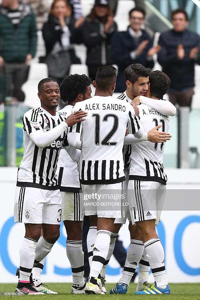 Juventus' midfielder Anderson Hernanes from Brazil celebrates with teammates after scoring during the Italian Serie A football match Juventus Vs Carpi on May 1, 2016 at the 'Juventus Stadium' in Turin. / AFP / MARCO