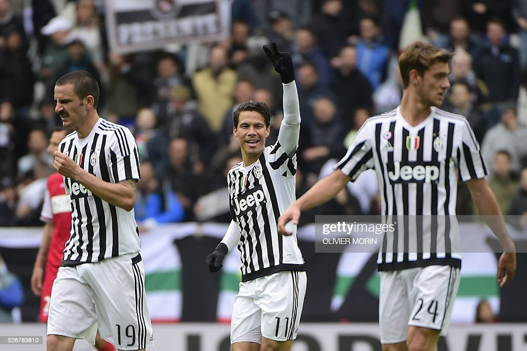 Juventus' midfielder from Brazil Hernanes (C) celebrates after scoring during the Italian Serie A football match Juventus Vs Carpi on May 1, 2016 at the 'Juventus Stadium' in Turin. / AFP / OLIVIER