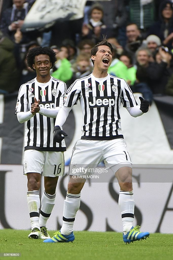 Juventus' midfielder from Brazil Hernanes (R) celebrates after scoring during the Italian Serie A football match Juventus Vs Carpi on May 1, 2016 at the 'Juventus Stadium' in Turin. / AFP / OLIVIER