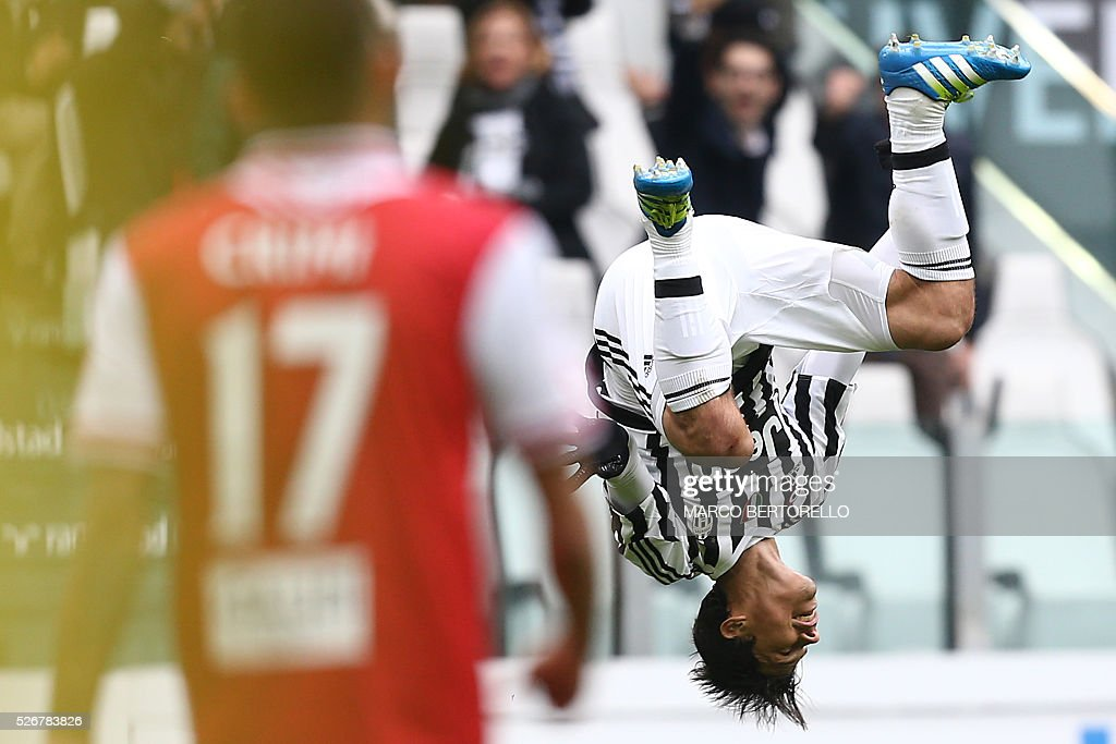 Juventus' midfielder from Brazil Hernanes celebrates after scoring during the Italian Serie A football match Juventus Vs Carpi on May 1, 2016 at the 'Juventus Stadium' in Turin. / AFP / MARCO