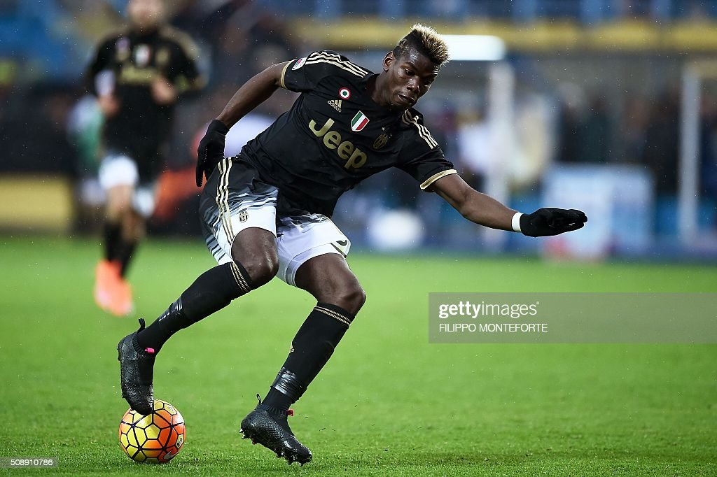 Juventus' midfielder from France Paul Pogba controls the ball during the Italian Serie A football match Frosinone vs Juventus on February 7, 2016 in Frosinone. / AFP / FILIPPO MONTEFORTE