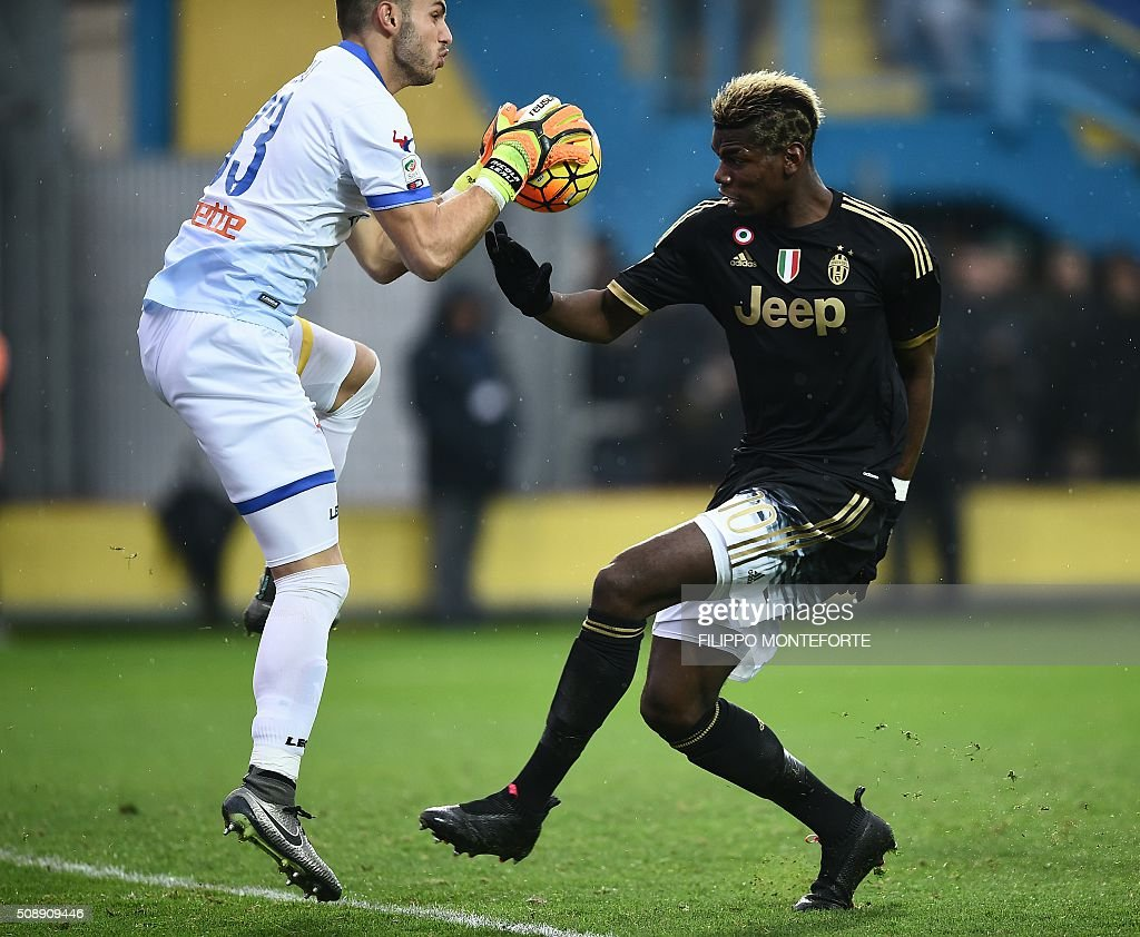 Juventus' midfielder from France Paul Pogba (R) tries to score against Frosinone's goalkeeper from Italy Nicola Leali during the Italian Serie A football match Frosinone vs Juventus on February 7, 2016 in Frosinone. / AFP / FILIPPO MONTEFORTE