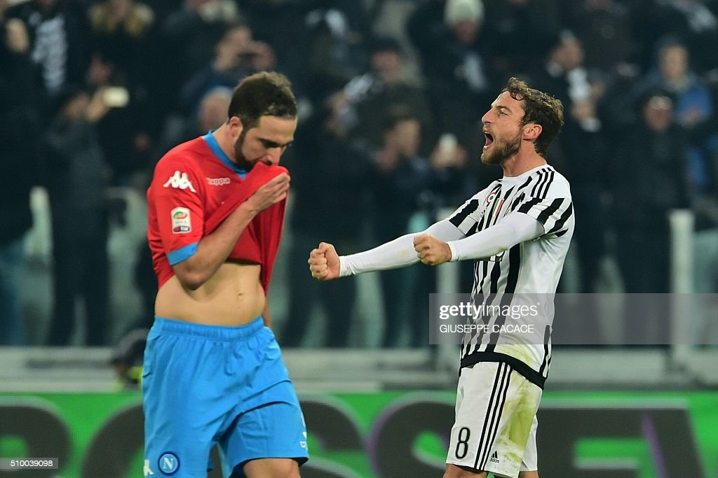 Juventus' midfielder from Italy Claudio Marchisio (R) celebrates in front of Napoli's forward from Argentina Gonzalo Higuain at the end of the Italian Serie A football match Juventus Vs Napoli on February 13, 2016 at the 'Juventus Stadium' in Turin. / AFP / GIUSEPPE CACACE