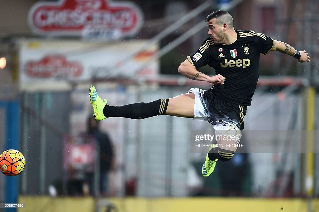 Juventus' midfielder from Italy Stefano Sturaro jumps for the ball during the Italian Serie A football match Frosinone vs Juventus on February 7, 2016 in Frosinone. / AFP / FILIPPO MONTEFORTE