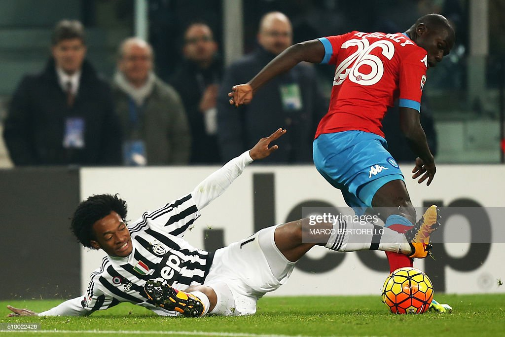 Juventus' midfielder Juan Cuadrado from Colombia (L) fights for the ball with Napoli's defender Kalidou Koulibaly from France during the Italian Serie A football match Juventus Vs Napoli on February 13, 2016 at the 'Juventus Stadium' in Turin. / AFP / MARCO BERTORELLO