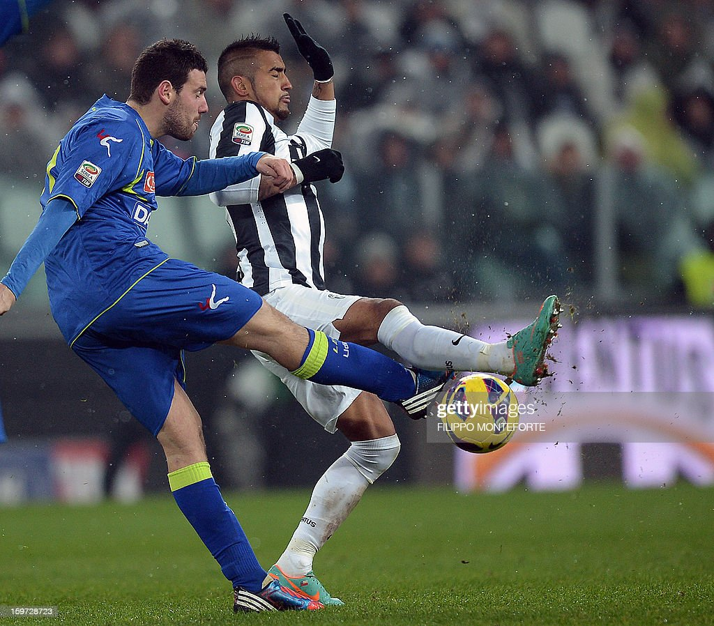 Juventus' midfielder of Chile Arturo Vidal (R) vies with Udinese's midfielder Andrea Lazzari during their Serie A football match in Turin's Juventus Stadium on January 19, 2013. AFP PHOTO / FILIPPO MONTEFORTE