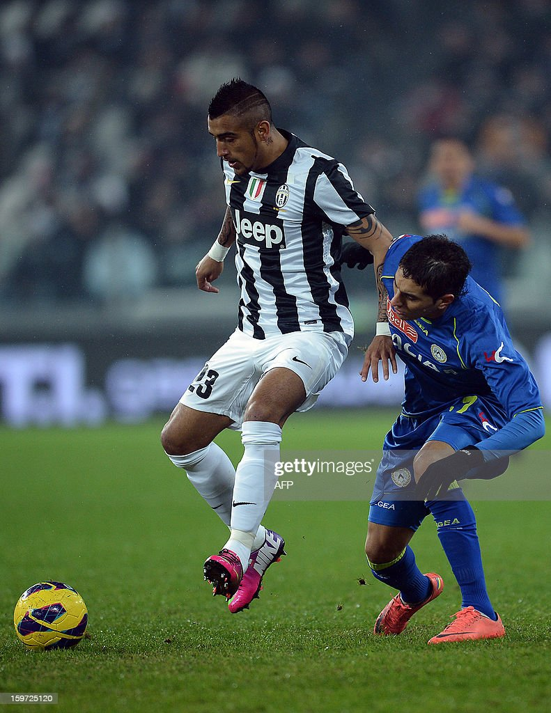 Juventus' midfielder of Chile Arturo Vidal vies with Udinese's Argentine midfielder Pereyra Roberto Maximiliano during their Serie A football match in Turin's Juventus Stadium on January 19, 2013. AFP PHOTO / FILIPPO MONTEFORTE