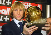 Juventus midfielder Pavel Nedved poses 22 December 2003 in Paris with the Ballon d'Or prize handed out by biweekly France Football magazine for the...