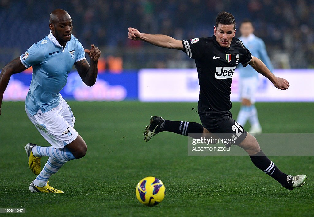 Juventus' midfielder Simone Padoin (R) fight for the ball with Lazio's Swiss defender Stephan Lichsteiner during the Italy's Cup semifinal football match Lazio vs Juventus on January 29, 2013 at the Olympic stadium in Rome. AFP PHOTO / ALBERTO PIZZOLI
