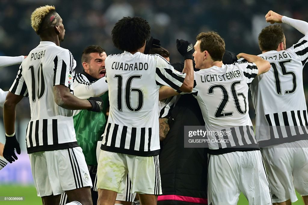 Juventus' players celebrate a goal during the Italian Serie A football match Juventus Vs Napoli on February 13, 2016 at the 'Juventus Stadium' in Turin. / AFP / GIUSEPPE CACACE