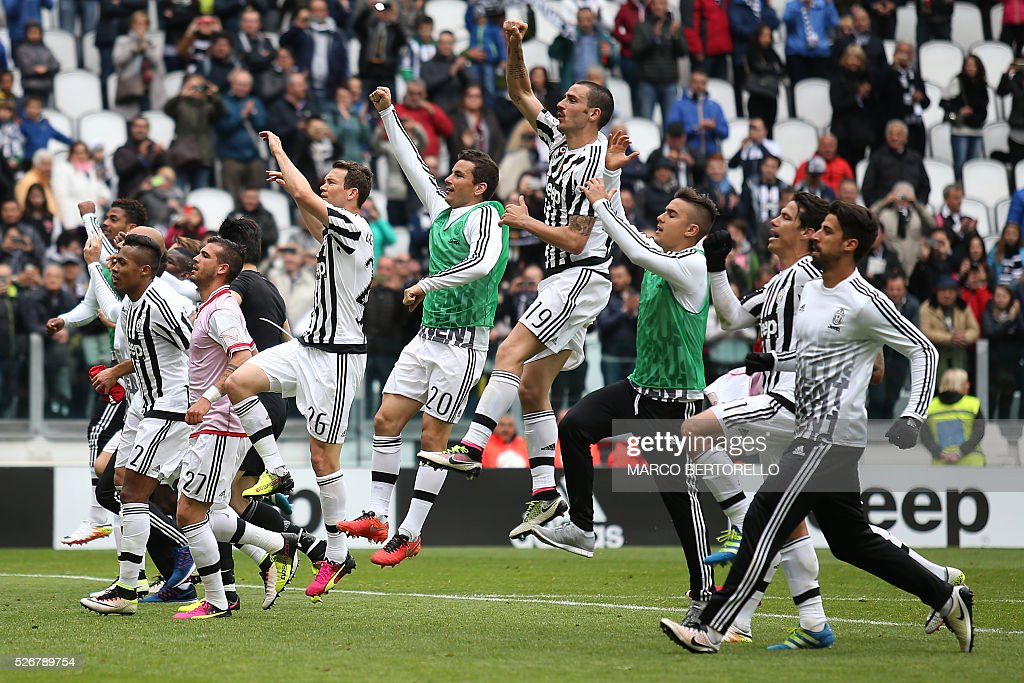 Juventus' players celebrate after winning the Italian Serie A football match Juventus Vs Carpi on May 1, 2016 at the 'Juventus Stadium' in Turin. / AFP / MARCO