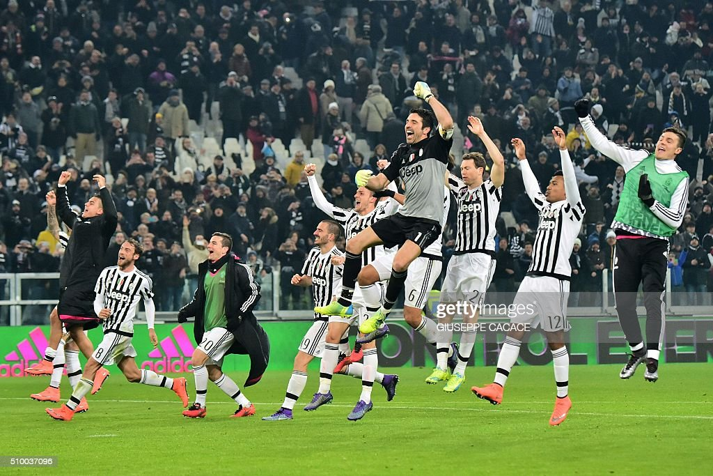 Juventus' players celebrate at the end of the Italian Serie A football match Juventus Vs Napoli on February 13, 2016 at the 'Juventus Stadium' in Turin. / AFP / GIUSEPPE CACACE