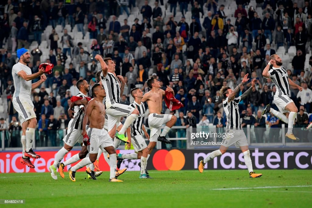 Juventus' players celebrate at the end of the UEFA Champion's League Group D football match Juventus vs Olympiacos on September 27, 2017 at the Juventus stadium in Turin. Juventus won 2-0. / AFP PHOTO / Miguel MEDINA