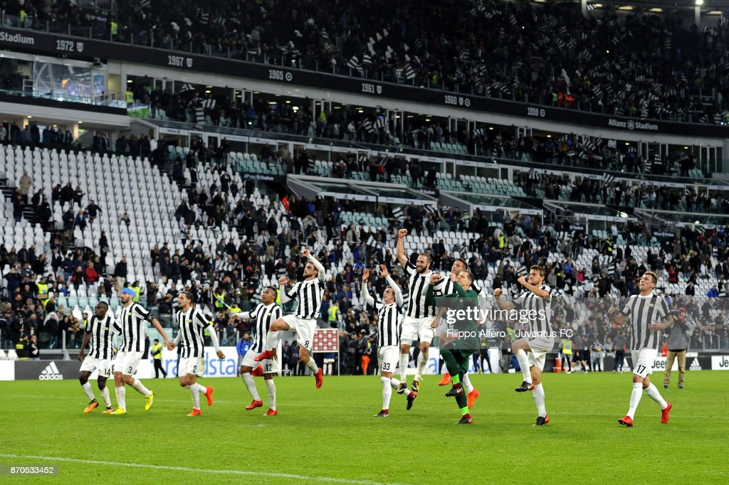 Juventus' players celebrate the victory at the end during the Serie A match between Juventus and Benevento Calcio on November 5, 2017 in Turin, Italy.