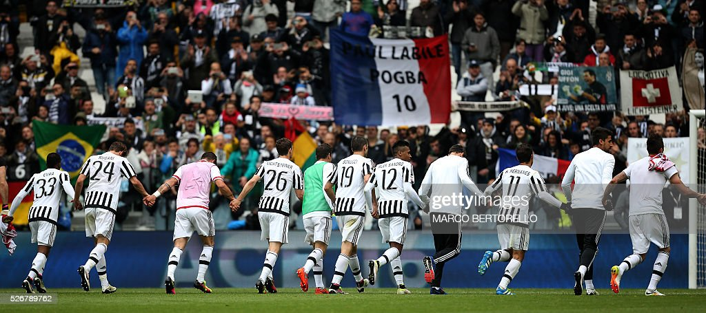 Juventus' players celebrate with fans after winning the Italian Serie A football match Juventus Vs Carpi on May 1, 2016 at the 'Juventus Stadium' in Turin. / AFP / MARCO