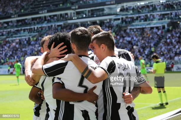 Juventus players celebrates afters the first gol of Mario Mandzukic during the Serie A football match between Juventus FC and FC Crotone at Juventus...