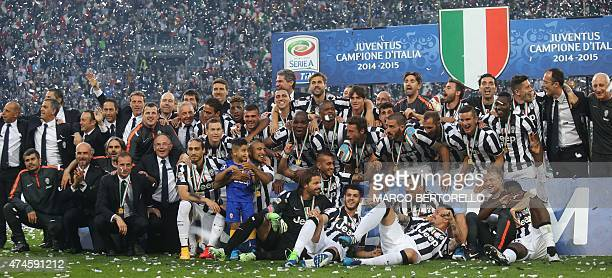 Juventus' players pose with the Italian League's trophy during a ceremony following the Italian Serie A football match Juventus vs Napoli on May 23...