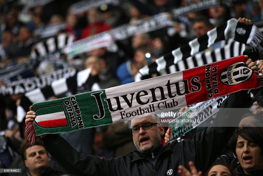 Juventus' supporters cheer during the Italian Serie A football match Juventus Vs Carpi on May 1, 2016 at the 'Juventus Stadium' in Turin. / AFP / MARCO