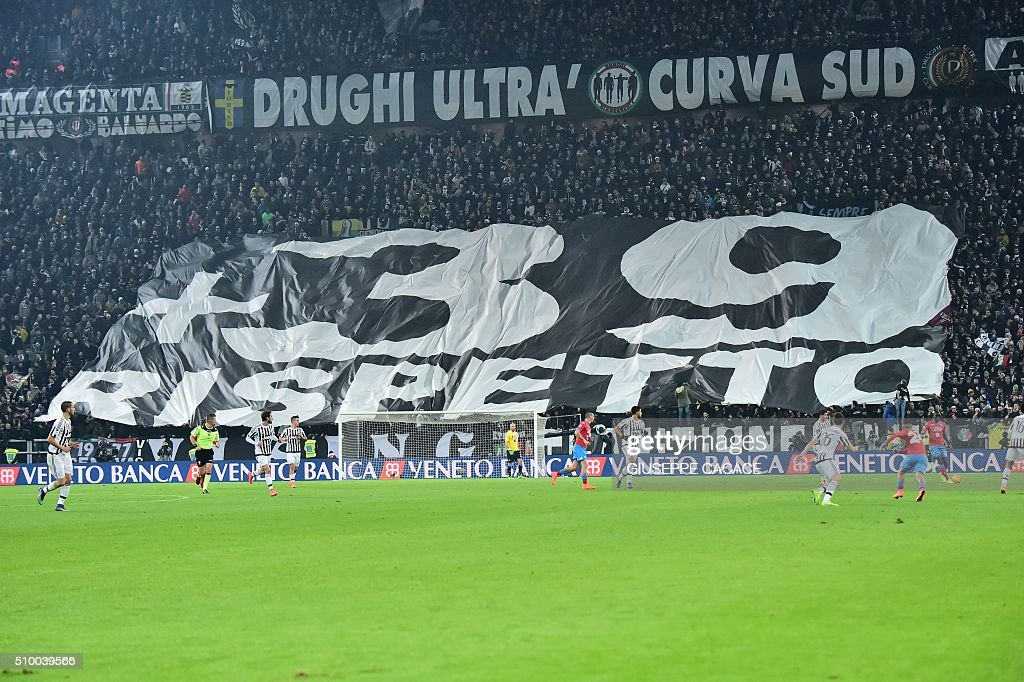 Juventus supporters show a banner to commemorate the Juventus victims of the Heysel stadium during the Italian Serie A football match Juventus Vs Napoli on February 13, 2016 at the 'Juventus Stadium' in Turin. / AFP / GIUSEPPE CACACE