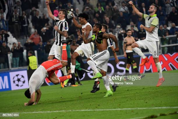 Juventus team celebrates the victory at the end of the UEFA Champions League group D match between Juventus and Sporting CP at Juventus Stadium on...