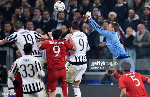 FUSSBALL Juventus Turin FC Bayern Muenchen Torwart Manuel Neuer gegen Leonardo Bonucci und Alvaro Morata