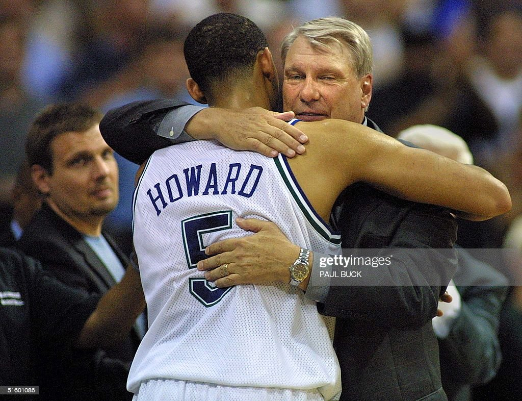 Juwan Howard of the Dallas Mavericks C hugs head