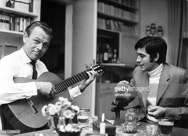 Kaempfert Bert *Musiker Komponist Orchesterleiter D mit Juan Manuel Serrat 1968