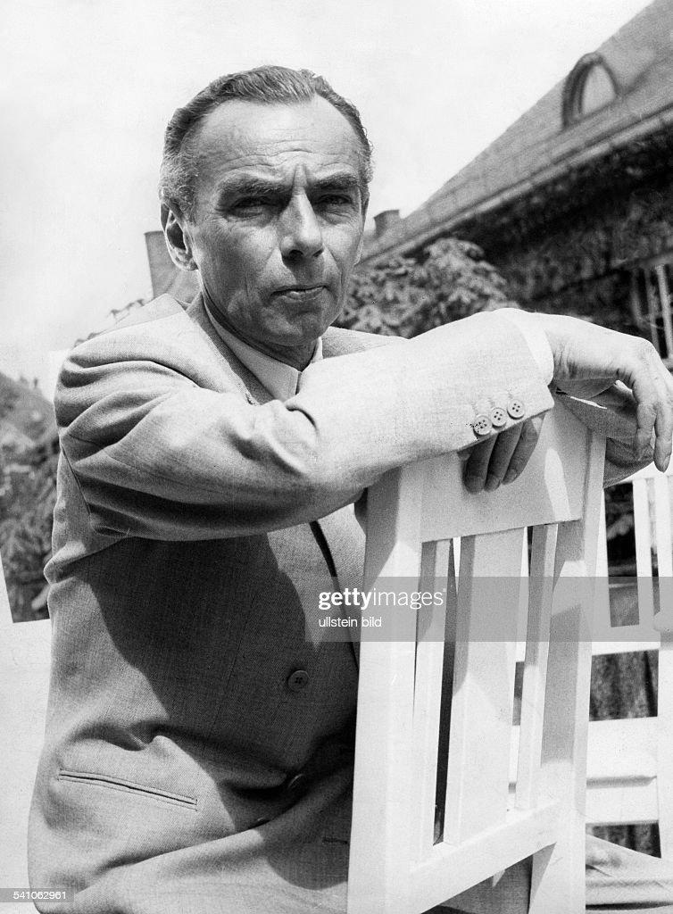 Kaestner, Erich *23.02.1899-+Schriftsteller, D- Portrait auf eine Stuhllehne gestuetzt- 1957