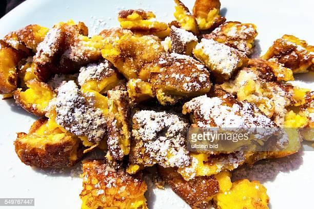 Kaiserschmarrn und Apfelmus Typische Süßspeise in Österreich