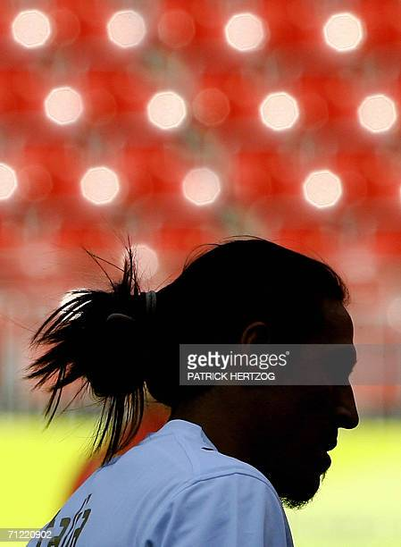 Italian midfielder Mauro Camoranesi warms up during a training session at Kaiserslautern stadium 16 June 2005 on the eve of their World Cup 2006...