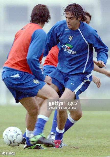 Kaka and Edu exercise during a training session in Teresopolis 100 Km from Rio de Janeiro 30 May 2004 Brazil will face Argentina next June 02 in Belo...