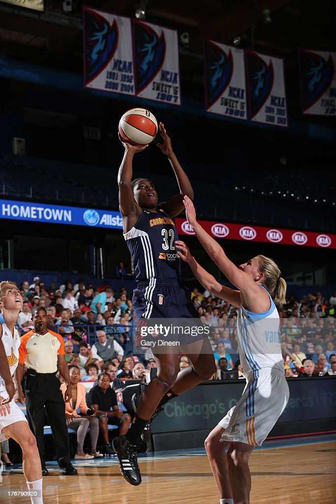 Kalana Greene #32 of the Connecticut Sun goes to the basket past <a gi-track='captionPersonalityLinkClicked' href=/galleries/search?phrase=Courtney+Vandersloot&family=editorial&specificpeople=7642430 ng-click='$event.stopPropagation()'>Courtney Vandersloot</a> #22 of the Chicago Sky during the game on August 18, 2013 at the Allstate Arena in Rosemont, Illinois.