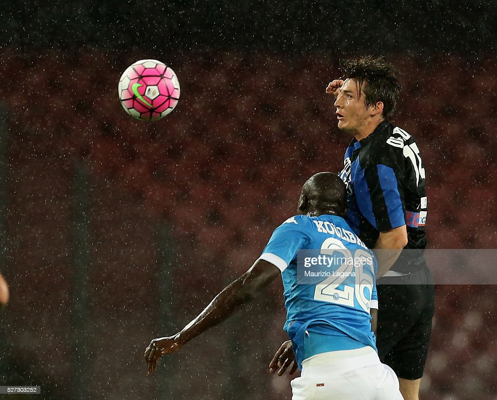 Kalidou Kulibaly (L) of Napoli competes for the ball in air with Marten De Roon of Atalanta during the Serie A match between SSC Napoli and Atalanta BC at Stadio San Paolo on May 1, 2016 in Naples, Italy.