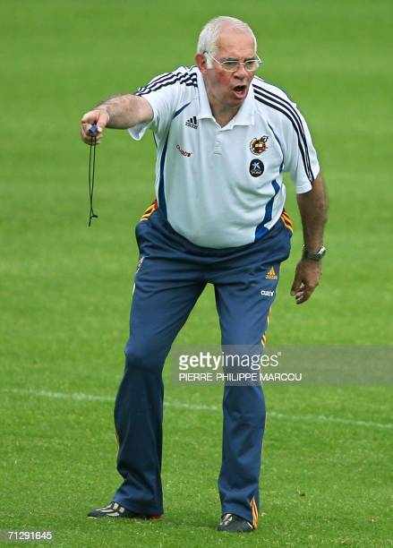 Spanish coach Luis Aragones conducts his players during a training session in Kamen 25 June 2006 Spain will play their next match of the 2006...