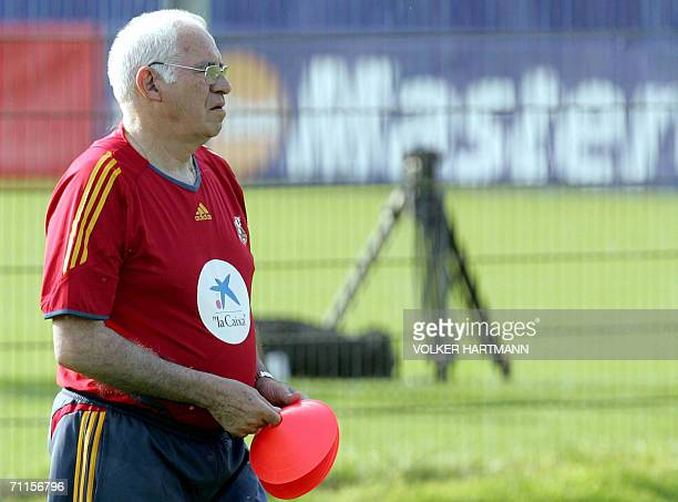 Spanish coach Luis Aragones is seen during a light training session after their arrival in Germany 08 June 2006 in Kamen Spain will play its first...
