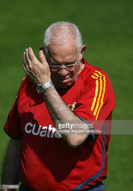 Spanish head coach Luis Aragones gestures during a training session in Kamen 10 June 2006 for the Fifa football World Cup 2006 Group H favorites...