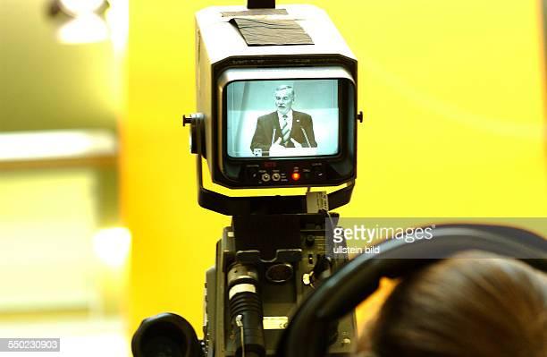 Kamera verfolgt die Rede von Jürgen Seidel während einer Pressekonferenz anlässlich der Landtagswahlen in Berlin und MecklenburgVorpommern im...