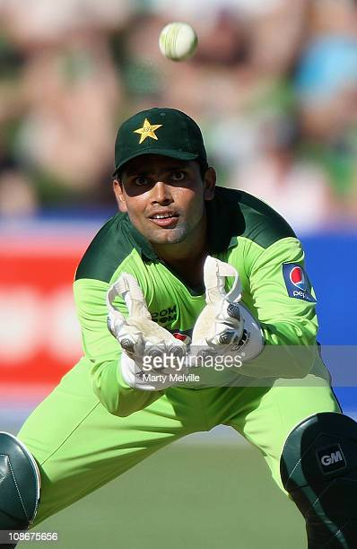 Kamran Akmal of Pakistan atemps to catch out Daniel Vettori of the Blackcaps during game four of the One Day International Series between New Zealand...
