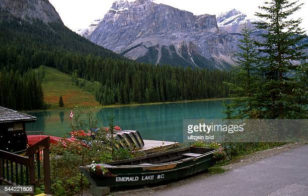 Kanada British Cloumbia Bergsee Emerald Lake im Hintergrund Berge der Rocky Mountains 2004