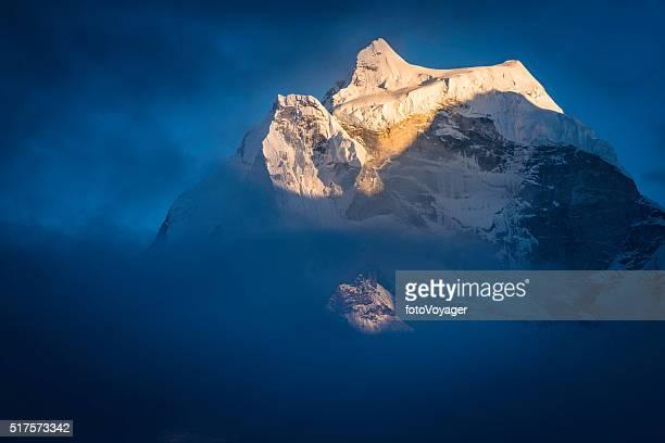 カンテガ 6782 m 雪サドル山の山頂日没にヒマラヤネパール