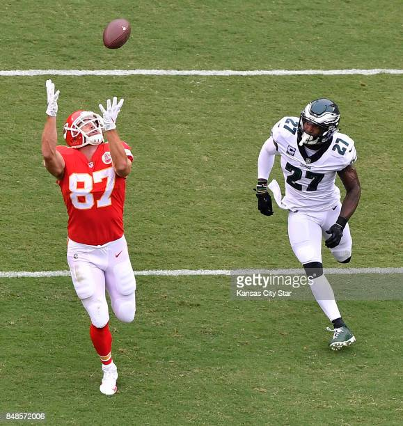 Kansas City Chiefs tight end Travis Kelce catches a 44yard pass in front of Philadelphia Eagles strong safety Malcolm Jenkins in the first quarter on...