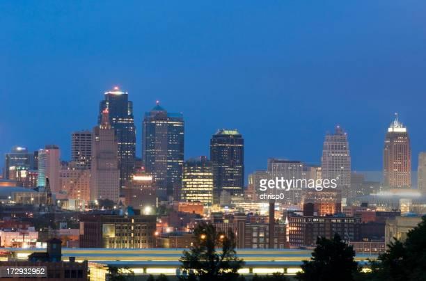 Kansas City Skyline em Anoitecer