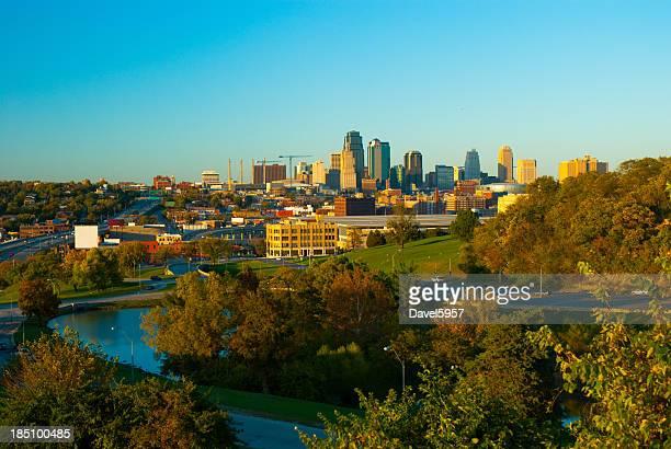 Kansas City skyline, árvores, Lago e um